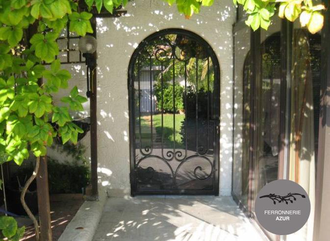 Fabrication porte d 39 entr e en fer forg et verre hy res var for Porte jardin fer